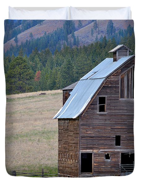 Old Barn In Washington Duvet Cover