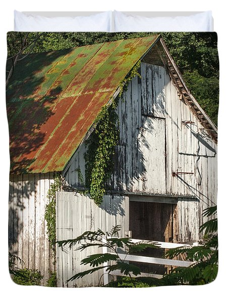 Old Whitewashed Barn In Tennessee Duvet Cover