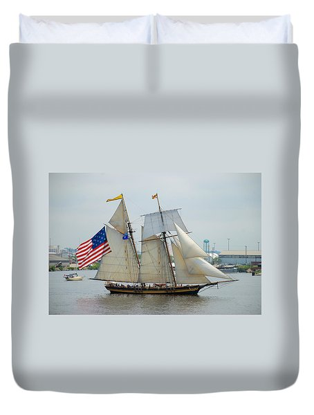 Pride Of Baltimore II Passing By Fort Mchenry Duvet Cover