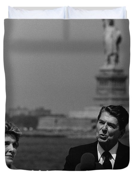 Reagan Speaking Before The Statue Of Liberty Duvet Cover