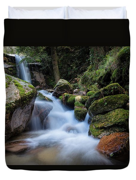 Duvet Cover featuring the photograph Rock To Rock Down by Edgar Laureano