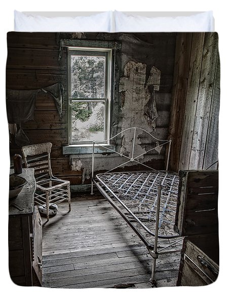 Room At The Wells Hotel - Montana Duvet Cover by Daniel Hagerman