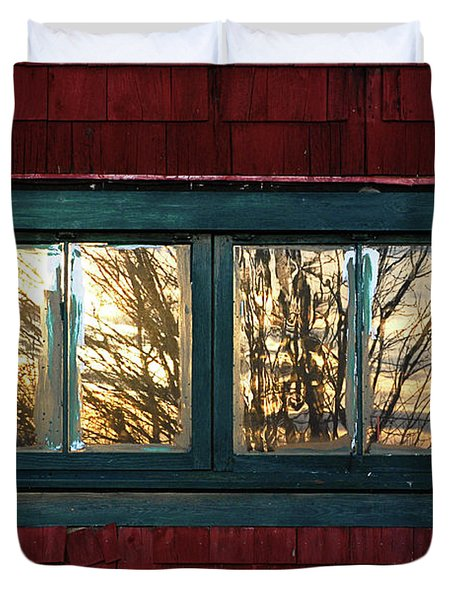 Sunrise In Old Barn Window Duvet Cover by Susan Capuano