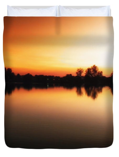 Sunset A Lake In Mansfield Il Duvet Cover by Thomas Woolworth