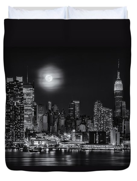 Super Moon Over Nyc Bw Duvet Cover