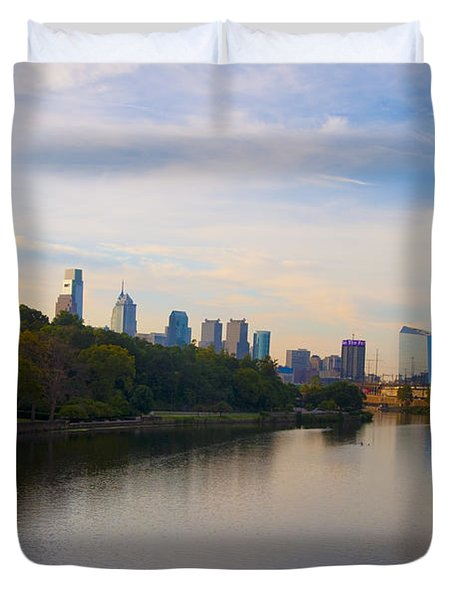 View Of Philadelphia From The Girard Avenue Bridge Duvet Cover by Bill Cannon