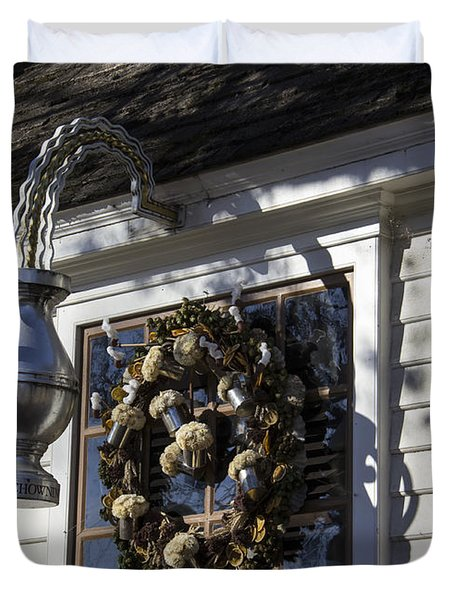 Wreath At Chownings Tavern Duvet Cover by Teresa Mucha