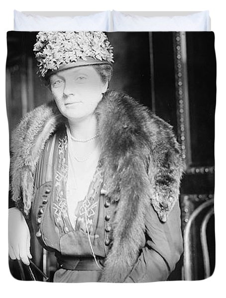Juliette Daisy Low, Founder Of The Girl Duvet Cover by Photo Researchers
