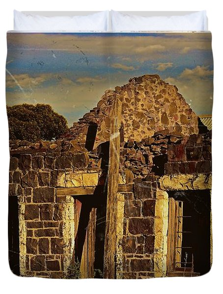 Duvet Cover featuring the digital art Abandoned Farmhouse by Blair Stuart