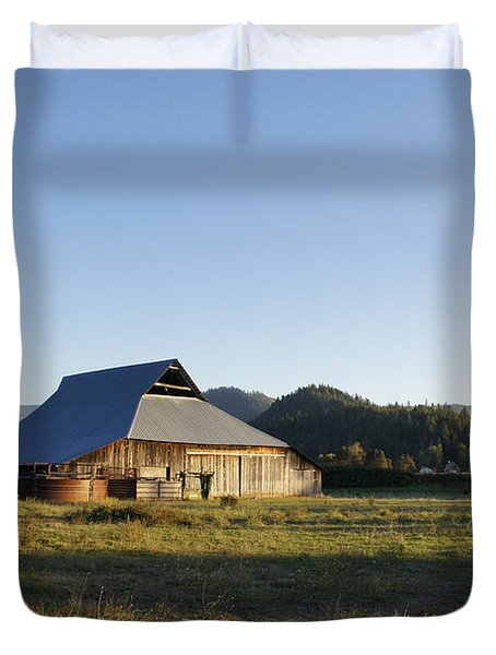 Barn In The Applegate Duvet Cover by Mick Anderson