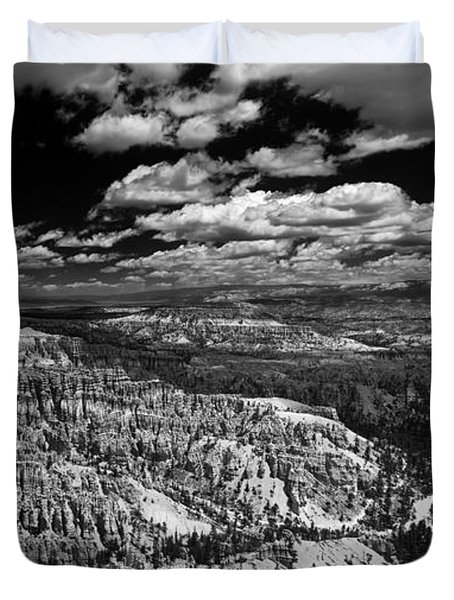 Bryce Canyon Ampitheater - Black And White Duvet Cover by Larry Carr