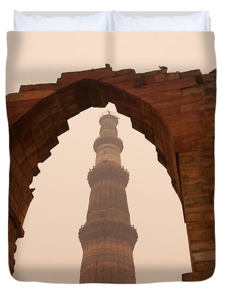 Cross Section Of The Qutub Minar Framed Within An Archway In Foggy Weather Duvet Cover