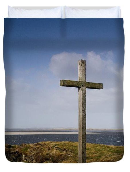 Grave Site Marked By A Cross On A Hill Duvet Cover by John Short