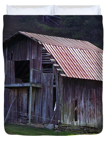 Old Barn In Etowah Duvet Cover