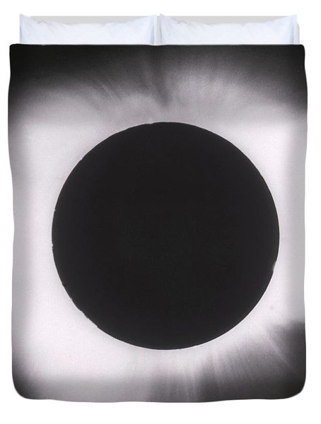 Solar Eclipse With Outer Corona Duvet Cover by Science Source