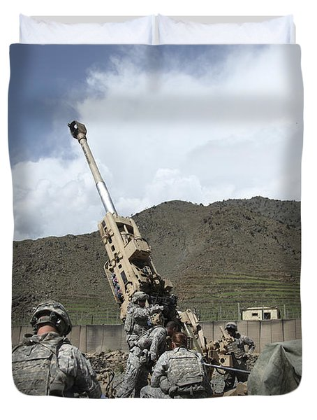 U.s. Soldiers Prepare To Fire Duvet Cover by Stocktrek Images