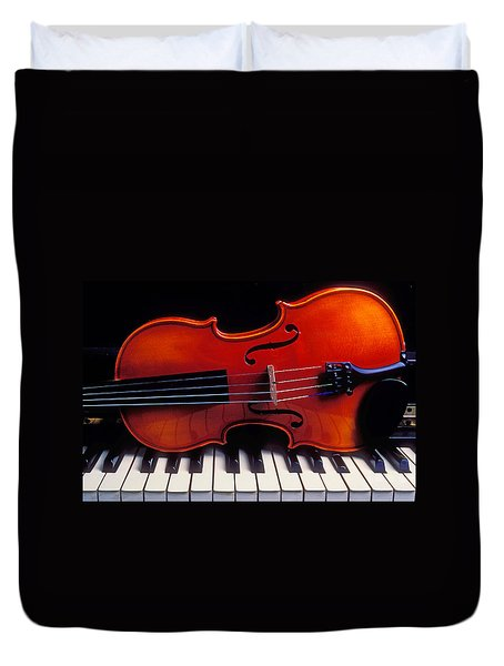 Violin On Piano Keys Duvet Cover by Garry Gay