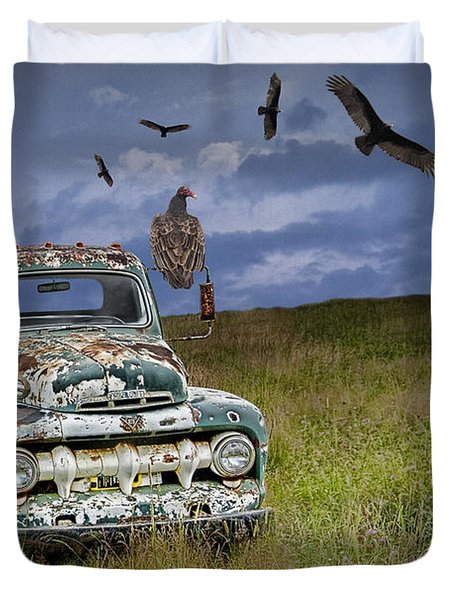 Vultures And The Abandoned Truck Duvet Cover