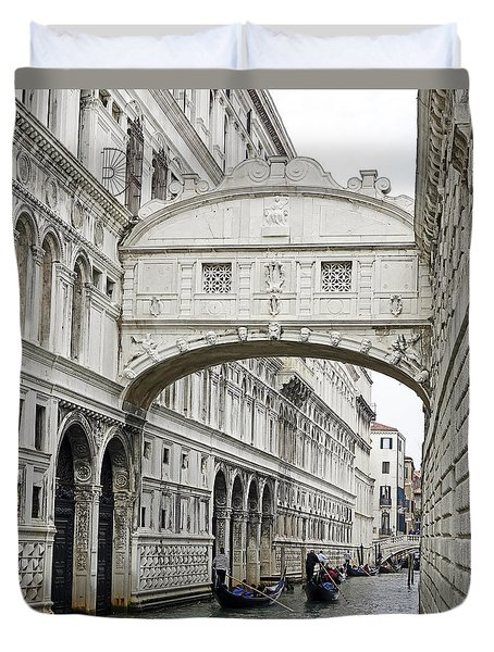Gondolas Going Under The Bridge Of Sighs In Venice Italy Duvet Cover