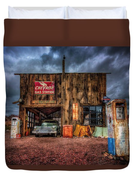 Nelson Nevada, Weathered Garage, Car, And Gas Pump Duvet Cover