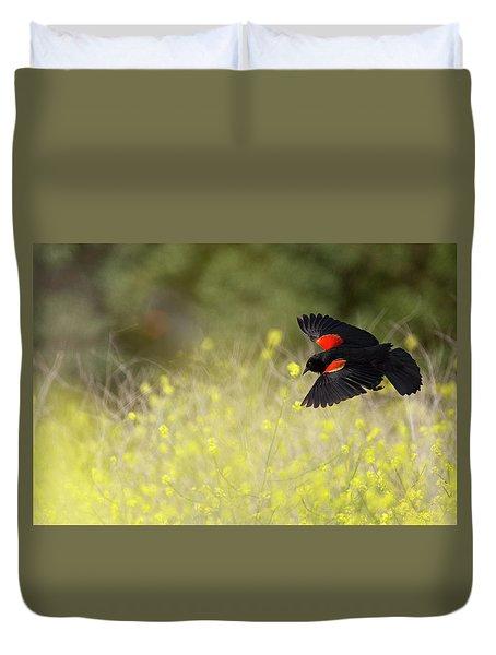 Red Winged Blackbird In Flight Duvet Cover