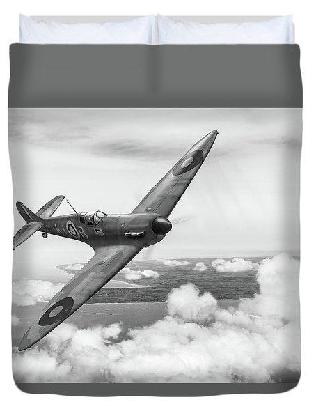 Duvet Cover featuring the photograph Al Deere In Kiwi IIi Bw Version by Gary Eason