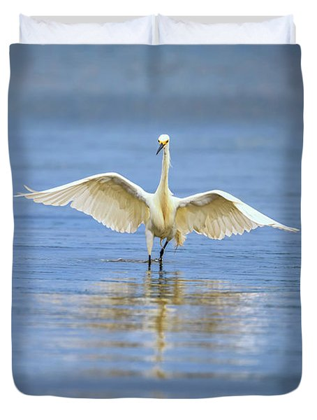 An Egret Spreads Its Wings Duvet Cover by Rick Berk