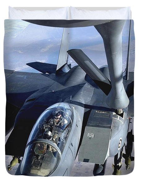 An F-15e Strike Eagle Refuels Over Iraq Duvet Cover by Stocktrek Images