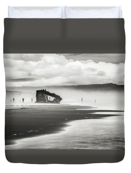 At Peter Iredale Shipwreck Black And White Duvet Cover