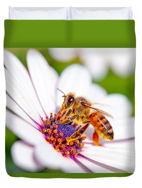 Beautiful Bee On Daisy Duvet Cover
