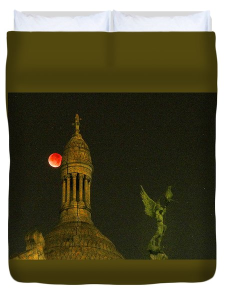 Blood Moon Eclipse At Sacre Coeur Paris  2015 Duvet Cover by Sally Ross