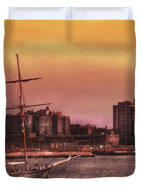 Boat - Ny - The Clipper  Duvet Cover by Mike Savad