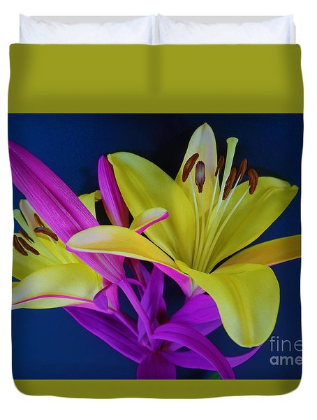 Duvet Cover featuring the photograph Bold Beautiful Flowers by Ray Shrewsberry