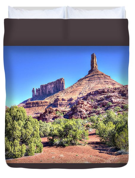 Duvet Cover featuring the photograph Castleton Tower by Alan Toepfer