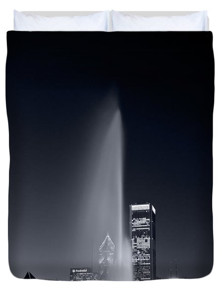 Chicagos Buckingham Fountain Bl And W Portrait Duvet Cover by Steve Gadomski