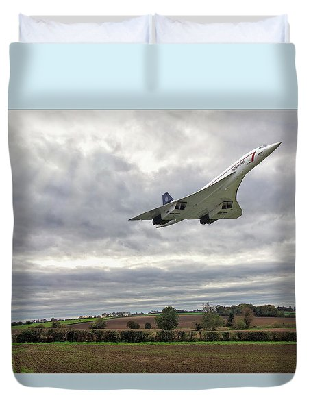 Duvet Cover featuring the photograph Concorde - High Speed Pass by Paul Gulliver