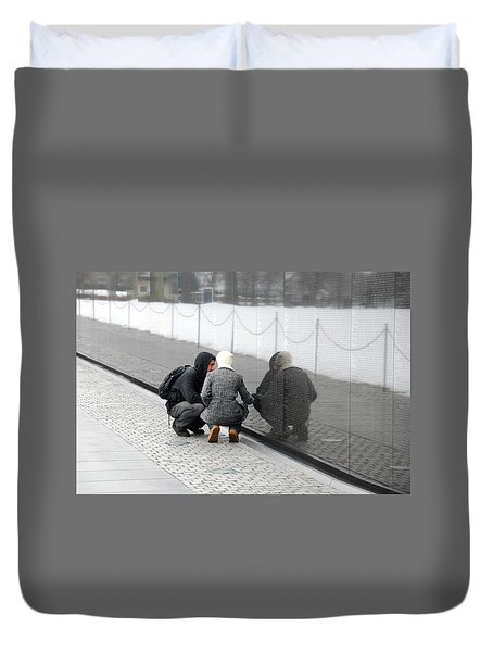 Couple At Vietnam Wall Duvet Cover