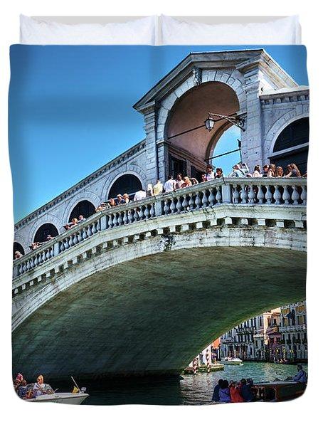 Boats Crossing Under The Rialto Bridge In Venice, Italy Duvet Cover