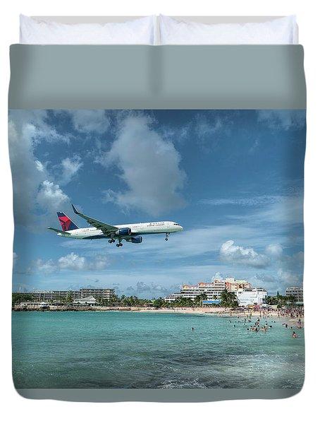 Delta 757 Landing At St. Maarten Duvet Cover