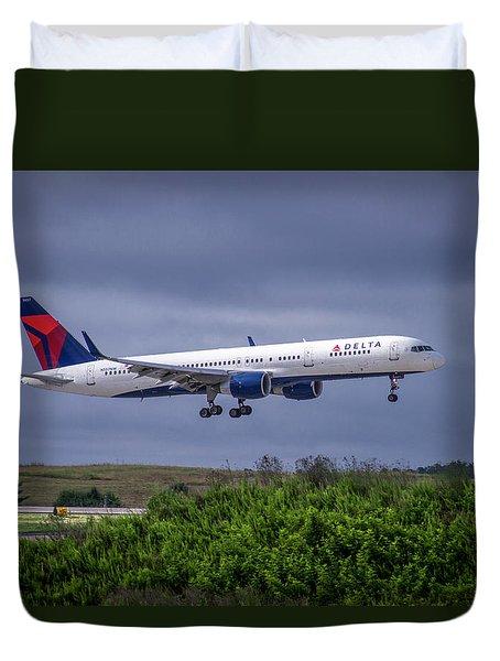 Delta Air Lines 757 Airplane N557nw Art Duvet Cover by Reid Callaway