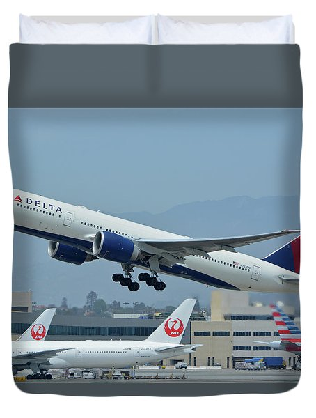 Duvet Cover featuring the photograph Delta Boeing 777-232lr N703dn Los Angeles International Airport May 3 2016 by Brian Lockett