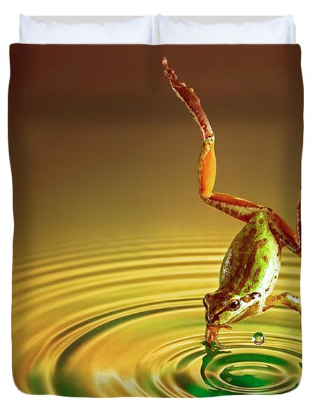 Duvet Cover featuring the photograph Diving by William Lee