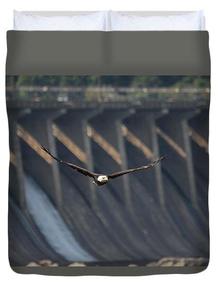 Eagle Flight At Conowingo Dam Duvet Cover