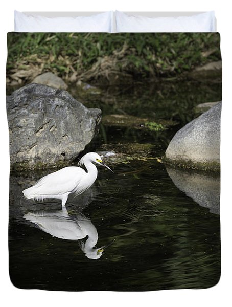 Duvet Cover featuring the photograph Egret Over Water Mirror by Jose Oquendo
