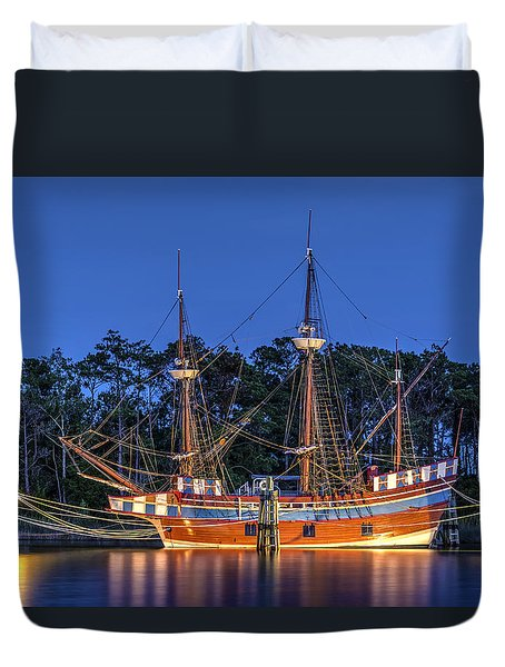 Elizabeth II At Dock Duvet Cover by Greg Reed
