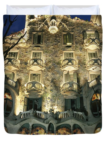 Exterior View Of An Antoni Gaudi Duvet Cover by Richard Nowitz