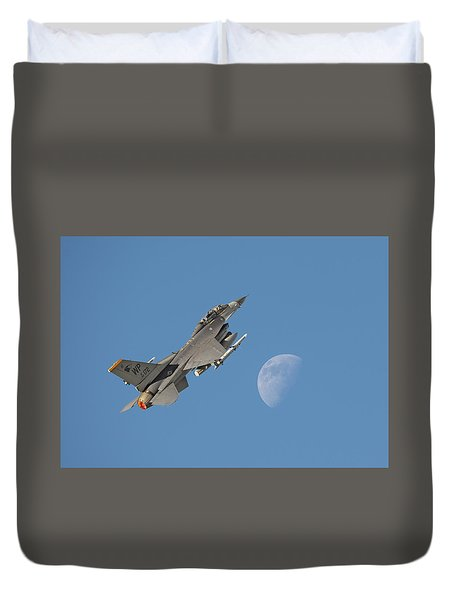 Duvet Cover featuring the photograph F16 - Aiming High by Pat Speirs