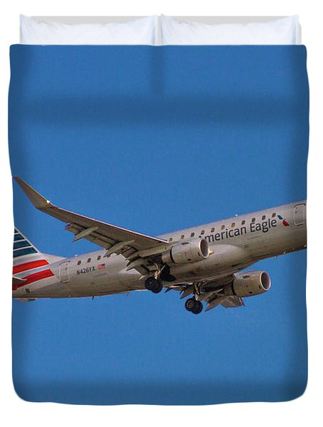 Flying In American Eagle Embraer 175 N426yx Duvet Cover
