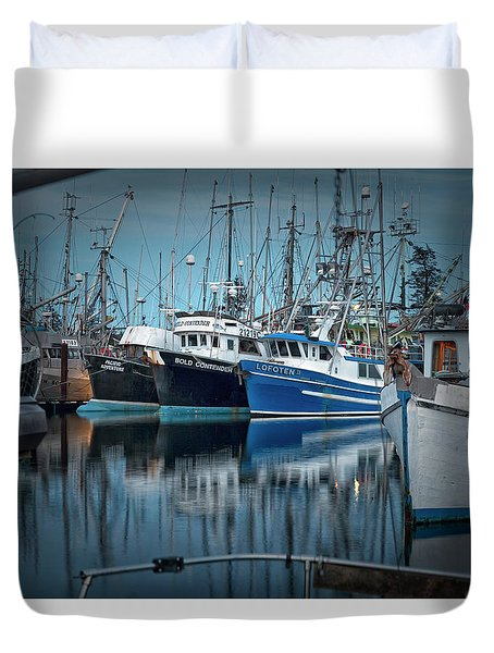 Duvet Cover featuring the photograph Full House by Randy Hall