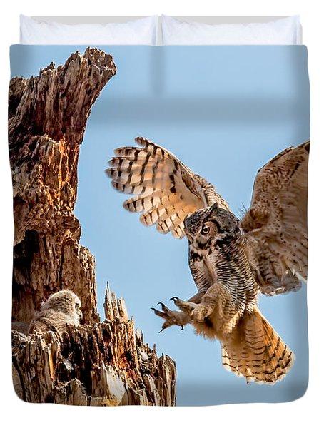 Great Horned Owl Returning To Her Nest Duvet Cover